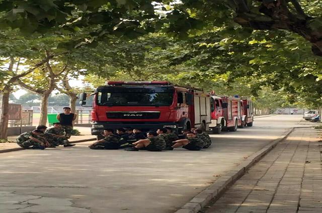消防官兵进校园  点赞我校很安全